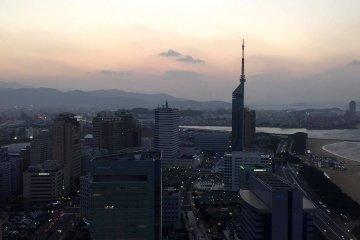 พระอาทิตย์ตกดินที่ Hilton Fukuoka Sea Hawk