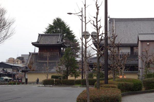 西本願寺太鼓楼を堀川通り北側より撮影