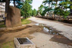"""草加松原遊歩道にある""""松尾芭蕉文学碑""""。"""