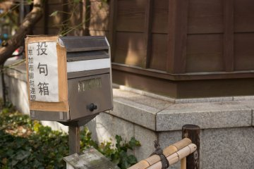 <p>Next to the observation deck is a &#39;&#39;haiku box&#39;&#39;. Submit your own haiku poems should you feel inspired</p>