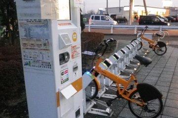 Станция проката велосипедов. Поскольку у западного выхода станции Омия также имеется пункт велопроката, я настоятельно рекомендую воспользоваться этой чудесной возможностью и добраться до парка на велосипеде.