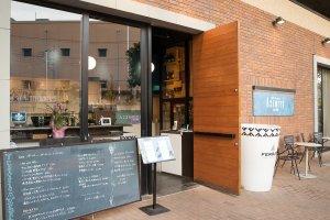 武蔵浦和駅徒歩1分の立地。木目が美しいドアを開けるとそこはスタイリッシュと伝統を併せ持つイタリアンレストラン。