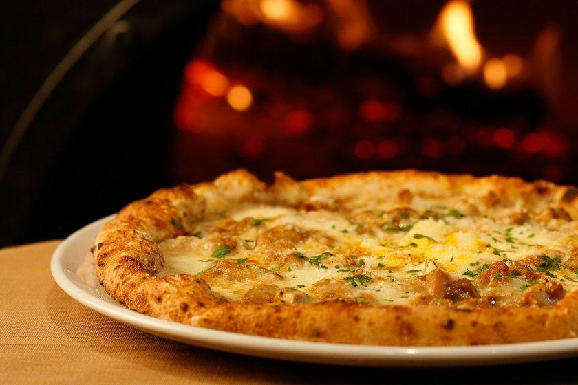 世界6位のピッツァ職人が手掛ける季節限定の「ポルチーニ茸と半熟卵のピッツァ」。Lサイズ2380円、Mサイズ1580円(税込価格)。