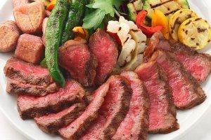 埼玉を誇るブランド牛、武州和牛。深谷市の生産者が肥育期間を半年長くすることで、肉のうま味をより深いものにしている。塊のまま表面を焼き、ローストビーフやサラダでイタリア野菜とともに。