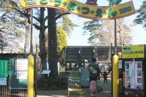 明るい入口ゲートが迎えてくれる。手作りの看板で園内の案内やイベントの開催告知を行う。
