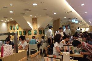 Restoran yang ramai pada saat jam makan siang