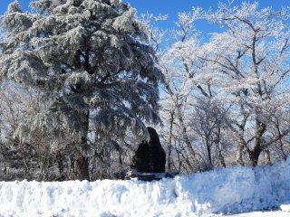 Памятник горе Гомадан выглядывает из-за снега