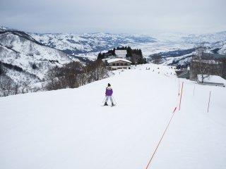 Những người trượt tuyết nhiệt tình đi xuống theo lối dốc của người bắt đầu