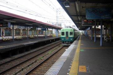 Keihan train pulling into Hirakakoen-koen Station