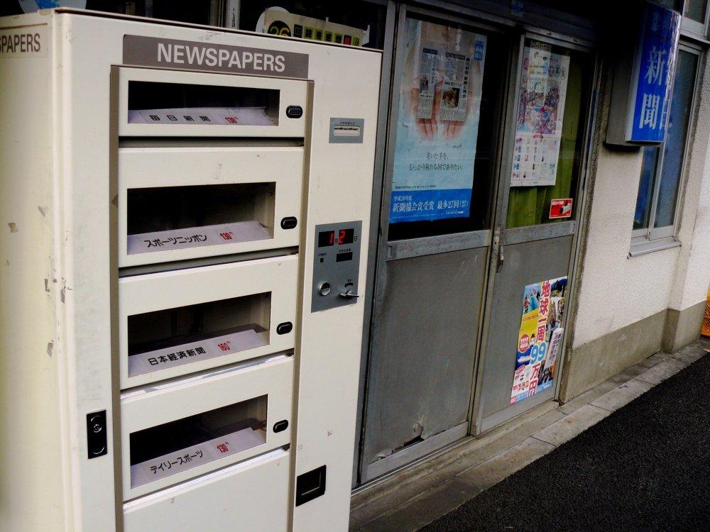 """Автомат, торгующий газетами. После появления магазинов """"комбини"""" в Японии их нечасто встретишь на улице"""