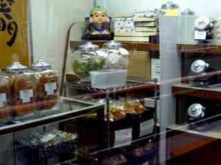 Лавка, торгующая сенбеем (рисовым печеньем)
