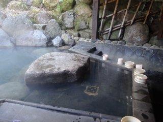 L'eau est extrêmement chaude, donc n'oubliez pas de la tiédir avant d'entrer en la remuant