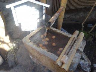 Vous pouvez même plonger un œuf dans les sources chaudes, c'est le tamago onsen