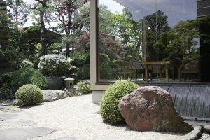 江戸の名残のある庭園。勝海舟が好んだ草履脱ぎ石もある。近藤勇や板垣退助もこの料亭に訪れたと言われている。