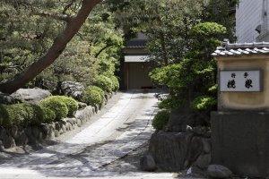 入口から玄関まで心が落ち着く庭園が出迎えてくれる。
