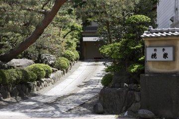 <p>入口から玄関まで心が落ち着く庭園が出迎えてくれる。</p>