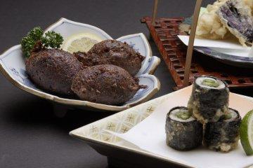 <p>「なまずのたたき揚げ」(左)単品で540円(税込)メインで鰻料理などを召し上がられる方にも楽しめる「なまず料理」の一品。《奉仕料(10%)は別途料金》</p>