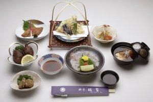 なまず料理「松コース」4,320円(税込)卵の煮付け、刺身、照焼、マリネ、天ぷら、たたき揚げ、団子汁(ランチはライス付き)《奉仕料(10%)は別途料金》
