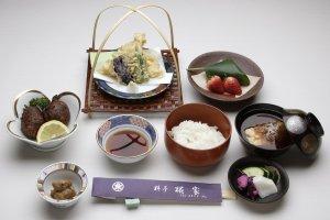 「なまず天ぷら御膳」2,200円(税込)小鉢、たたき揚げ、なまず天ぷら、ご飯、汁椀、香物、デザートは昼のみ《奉仕料(10%)は別途料金》