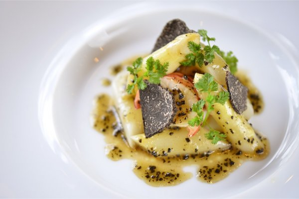 「フランス・ロワール産ホワイトアスパラとオマール海老 半熟卵のサラダ仕立てトリュフドレッシング」