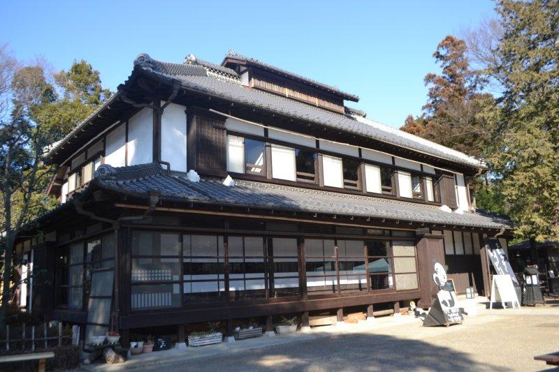 Основательный и крепкий -  главный дом усадьбы, построенный больше века назад. Это место обладает особой аурой.