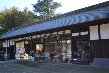 На входе в усадьбу, у ворот расположились овощные торговые ларьки, а в галерее по соседству времени от времени проводятся выставки местной продукции и другие мероприятия.