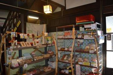 На входе в главный дом усадьбы располагается торговая зона, где можно приобрести сувениры и разнообразные товары местного производства. Здесь есть даже удон, изготовленный с добавлением цветов сафлора - символа города Окегава!