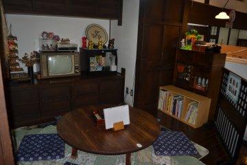 """В зале есть небольшая зона, именуемая """"В тесном семейном кругу эпохи Сёва"""". Здесь стоит старый, вызывающий ностальгические воспоминания телевизор и низкий обеденный столик. Если бы это место было свободно, непременно заняла бы его!"""
