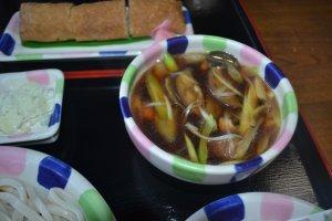 つけ汁は、茄子と鶏肉、ねぎが入った濃いめの味付けです。