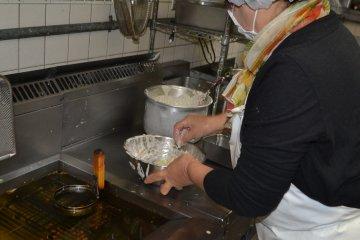 Вот таким образом, поместив ингредиенты внутрь металлического кольца, и жарят устриц.