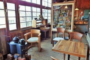 The sitting area inside LittleEagle & AOtsuki.