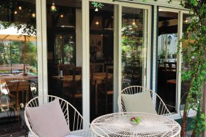 温かい季節には、外のテラス席で優雅に食事ができます。