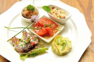 季節の素材を少量ずつ、いろんな種類の料理を楽しむことができます。