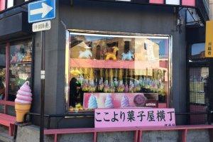 菓子屋横丁への入り口にあるお店「江戸屋」さん。店内では、飴のはかり売りなどされていて、乙女心をくすぐるようなキュートな商品が並ぶ。