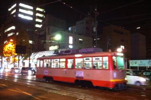 Salah satu trem retro Matsuyama di malam hari