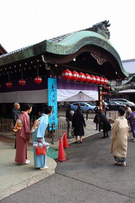 この日は「井上流」演舞の催しの開演前であった。観客を出迎える関係者たち
