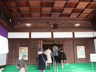 歌舞練場に入る観客
