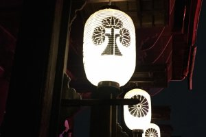 Lanterns on the front of Zenkoji