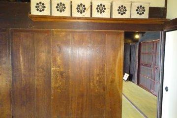 …однако если посмотреть с обратной стороны, окажется, что на двери нет не только украшений, но и ручки, чтобы открыть ее: эту дверь можно лишь закрыть, заперевшись изнутри.