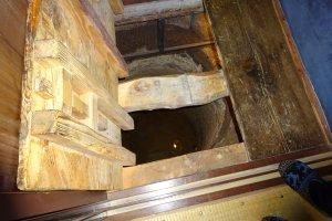 В коридоре выкопана яма-ловушка глубиной три метра.