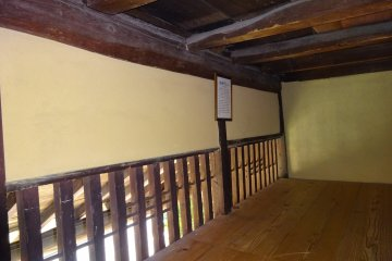 На втором этаже потолок весьма низкий.