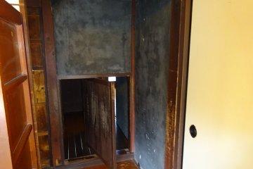 Неожиданно открывающийся в стене ход, ведущий внутрь шкафа в центральной гостиной.