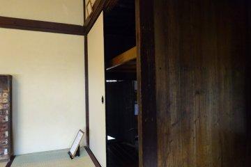 Стенной шкаф в центральной гостиной. Видна открытая дверца потайного хода.