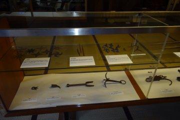 Выставочные экспонаты, среди которых есть и сюрикэны.