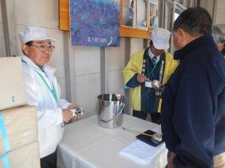 Chacun reçoit un verre de saké de la nouvelle cuvée