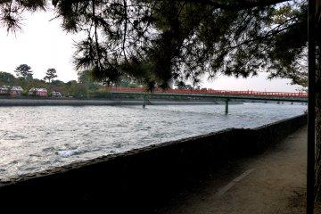 <p>Пешеходный мост в Удзи</p>