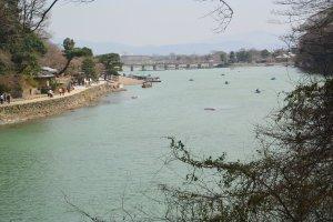 Pemandangan sungai dan jembatan di Arashiyama