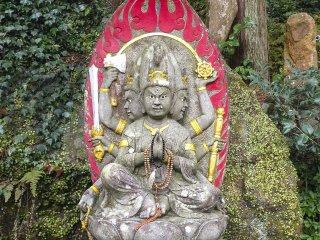 이것은 난해한 불교의 또 다른 신인 아이젠 묘오다. 그는 욕망을 없애고 영적인 자각을 이루게 하는 것을 상징한다