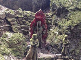 후도 묘오는 이 지역에 꽤 널리 퍼져 있다. 특히 여기서 그는 그의 수행원들인 콘가라와 세이타카와 함께 볼 수 있다. 후도 묘오는 고대 인도로 거슬러 올라가는 역사를 가지고 있다. 그의 산스크리트 이름은 아칼라이다