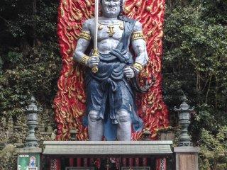 거대한 불교 신, 후도묘의 거대하고 다채로운 조각상